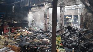 Perdidas totales e importantes daños estructurales tras el incendio  de una forrajería en Carcarañá