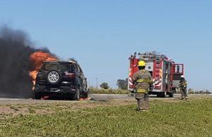 Carcarañá: Se incendió un vehículo en Autopista Rosario-Córdoba, las perdidas fueron totales