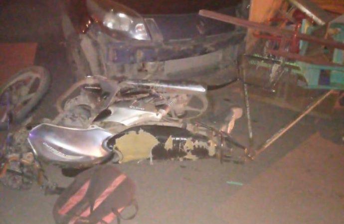Roldán: Un auto con pedido de captura colisionó a una moto con tres ocupantes